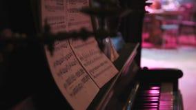 Händer av musikern som spelar tangentbordet i konsert i nattklubb stock video