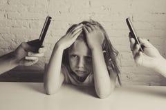 Händer av nätverksknarkaren uppfostrar genom att använda mobiltelefonen som försummar den borrade lilla ledsna ignorerade dottern Royaltyfria Bilder