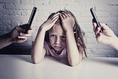 Händer av nätverksknarkaren uppfostrar genom att använda mobiltelefonen som försummar den borrade lilla ledsna ignorerade dottern Royaltyfri Fotografi