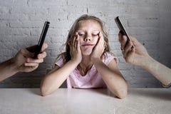 Händer av nätverksknarkaren uppfostrar genom att använda mobiltelefonen som försummar den borrade lilla ledsna ignorerade dottern Arkivfoto