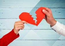 Händer av par som rymmer en bruten hjärta arkivbilder