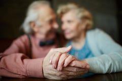 Händer av pensionärer Arkivfoton