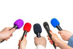 Händer av reporter med många mikrofoner Royaltyfri Foto