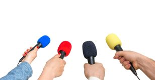 Händer av reporter med många mikrofoner som isoleras på vit Royaltyfria Foton