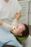Händer av tandläkaren som arbetar på patient Royaltyfri Foto