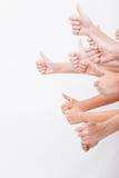 Händer av tonåringar som visar det ok tecknet på vit Royaltyfria Bilder