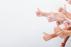 Händer av tonåringar som visar det ok tecknet på vit Royaltyfria Foton