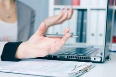 Händer av två affärskvinnor som diskuterar en avtalscloseup arkivbild