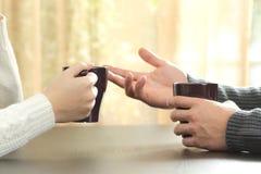 Händer av vänner med kaffekoppar Royaltyfri Bild