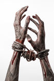 Händer begränsar, blodiga händer, gyttja, rep, på en vit bakgrund, isolerat som kidnappar, levande döden, demon Arkivbild