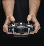 Händer behandlar radio-kontrollen för leksak Royaltyfri Foto