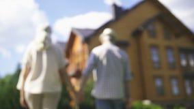 Händer för åldringparinnehav med hustangent arkivfilmer
