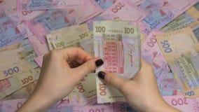 Händer för affärsman` som s räknar pengarhryvnia Räkna ukrainska pengar arkivfilmer