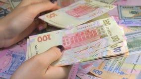 Händer för affärsman` som s räknar pengarhryvnia Räkna ukrainska pengar stock video