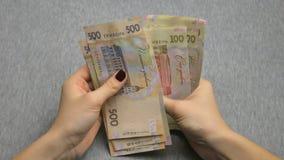 Händer för affärsman` som s räknar pengarhryvnia Räkna ukrainska pengar lager videofilmer