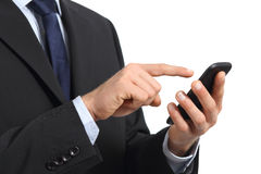Händer för affärsman som trycker på en smart telefonskärm royaltyfri bild