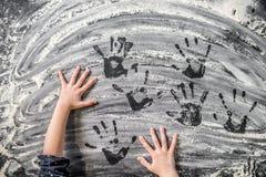Händer för barn` s på mjölet Fotografering för Bildbyråer