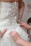 händer för brudkorsettkvinnlig Arkivbilder