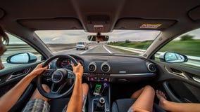 Händer för chaufför` s på ett styrninghjul av en bil royaltyfri fotografi