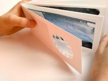Händer för en kvinna rymmer en vitbok för tackar dig kortet royaltyfri bild
