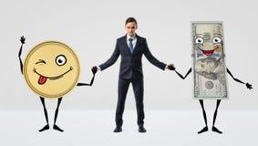 Händer för ett affärsmaninnehav med den stora anthropomorphic guld- mynt- och dollarräkningen royaltyfri bild