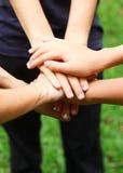 Händer för ett grupp människorinnehav Arkivbild