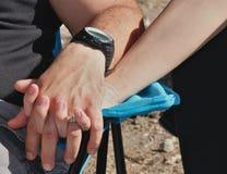 Händer för ett parinnehav royaltyfria foton