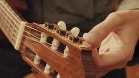 Händer för gitarrist` som s trimmar gitarren royaltyfri fotografi