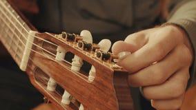 Händer för gitarrist` som s trimmar gitarren royaltyfria foton