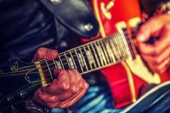 Händer för gitarrspelare Fotografering för Bildbyråer