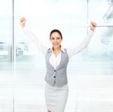 Händer för håll för affärskvinna lyftte upphetsade upp armar Royaltyfri Bild