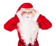 Händer för håll för Santa Claus look långväga på huvudet Royaltyfri Foto