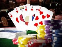 Händer för hand och för kasino för kunglig spolning för poker som står på pokertabellen illustration 3d royaltyfri illustrationer