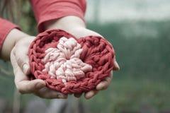 Händer för hjärta för virkning för valentinvirkninggarneringar Arkivfoto