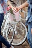 Händer för innehav för höftbarnpar Royaltyfri Bild