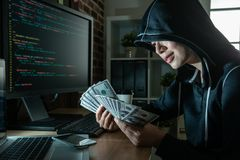 Händer för kassa för ung kvinnlig en hacker hållande in arkivbilder