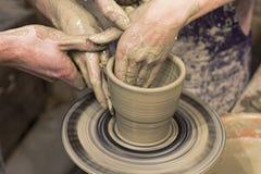 Händer för keramiker- och elev` s Royaltyfri Foto