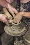 Händer för keramiker- och elev` s Arkivbild