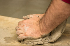 Händer för keramiker` s knådar våt lera för att göra keramiska tillbringare och annan som är pro- Royaltyfri Foto