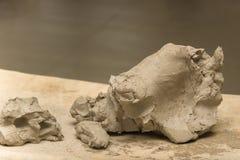Händer för keramiker` s knådar våt lera för att göra keramiska tillbringare och annan som är pro- Arkivbilder