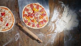 Händer för kock` s i köket som sätter ingredienserna på pizza Pizzabegrepp Produktion och leverans av mat överkant stock video