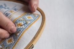 Händer för kvinna` s broderar prydnader Royaltyfri Fotografi