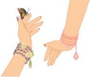 Händer för kvinna` s med armband av pärlor och en fjäril vektor illustrationer