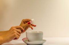 Händer för kvinna` s med kaffekoppen Arkivbild