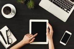 Händer för kvinna` s på den digitala minnestavlan, bästa sikt Arkivbild