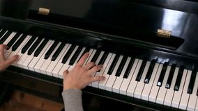 Händer för kvinna` som s spelar pianot lager videofilmer
