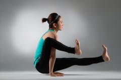 Händer för kvinnlig idrottsman nen för bodybuilding på golv fotografering för bildbyråer