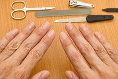 Händer för man` s är klara för manikyr Royaltyfri Fotografi