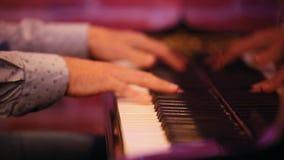 Händer för man` s spelar tangenterna, en kapacitet i en jazzstång stock video