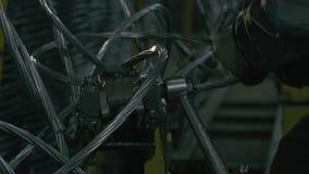 Händer för man` som s förbinder tråd arkivfilmer